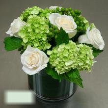W Flowers product category: Modern Centerpiece with Roses and Hydrangea