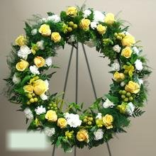 W Flowers product category: Wreath in Yellow and White