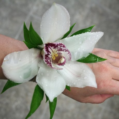 how to make a wrist corsage using an elastic wristlet